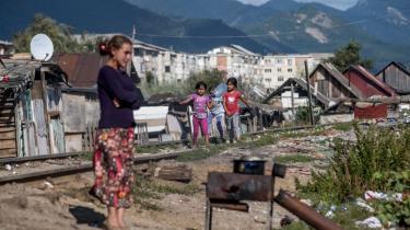Et par romapiger går på jernbanelegemet i Baia Mare i det nordvestlige Rumænien, mens en kvinde laver mad på et udendørs komfur i romaernes slumby. På Auschwitz-dagen i dag er det væsentligt at huske på, hvem vi stadig ekskluderer, mener kronikørerne.