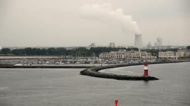Tysk energiforsyning er på vej tilbage i offentligt regi. Her køletårne på kulkraftværket i Warnemünde.