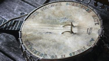 Pete Seegers banjo med indskriften 'This machine surrounds hate and forces it to surrender'