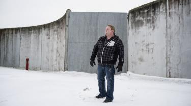 Ole Lund Larsen gik markant ned i løn, da han skiftede svejseværktøjet ud med en pædagoguddannelse. Den 1. maj er han færdiguddannet, men frygter ikke at stå uden arbejde.