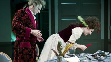 Cecilie Stenspil flirter elegant og bramfrit med publikum – og med Henrik Koefoeds Den Stundesløse, der er lige ved at glemme sin stress, når hun spiller op til ham.