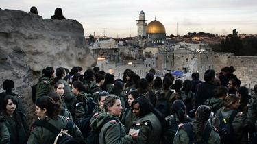 Antallet af højrereligiøse mænd i det israelske forsvar er steget eksplosivt i løbet af de seneste tyve år. Mændene nægter at tage imod ordrer fra de kvinder, og deres stigende indflydelse truer med at underminere ligestillingen i den eneste hær i verden, hvor kvinder altid har aftjent værnepligt