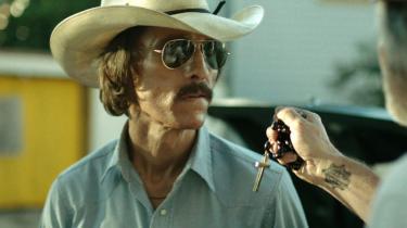 McConaugheys udmagrede og hulkindede ansigt taler sit eget tydelige sporg om en lang lidelseshistorie af modgang. Den er opfundet til rollen, men det er jo netop skuespillerens store kunst, som denne gang er stærkt fysisk. McConaughey tabte 45 pund til rollen