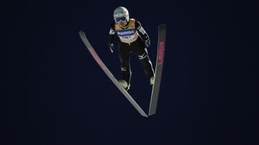 Japans Sara Takanashi, 17 år og 151 cm høj, har vundet 10 af vinterens hidtil 13 konkurrencer i World Cuppen og er favorit til at blive den første kvindelige OL-guldvinder i skihop
