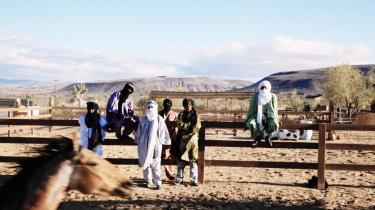 Tinariwens leder, Ibrahim Ag Alhabib (nummer to fra højre), voksede op i en flygtningelejr i Algeriet ved grænsen til Mali og senere opad den algeriske by Tamanrasset. Selve bandet blev dannet i slut-70'erne i en af Gaddafis libyske fangelejre for tuaregrebeller.