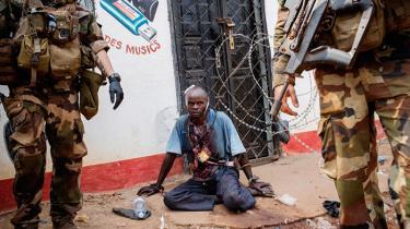 Få minutter efter at landets nye præsident holdt en håbefuld tale til Den Centralafrikanske Republiks hær, tævede soldater en mand til døde og satte ild til hans lig