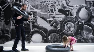 Ideen bag Palle Nielsens kæmpe legeplads, 'Modellen' fra 1968, var, at børns leg er den mest revolutionære kraft i et samfund med fokus på produktivitet og effektivitet. Men Arkens beskårne genopførelse harmonerer dårligt med projektets idé.