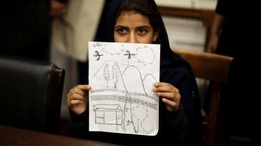 På et pressemøde i Washington i oktober viste niårige Nabila Rehman en tegning af den amerikanske drone, som dræbte hendes bedstemor i en pakistansk landsby. En tidligere droneoperatør fortæller nu, at angreb finder sted på baggrund af metadata og med risiko for civile drab som følge