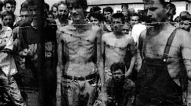 Pigtråd. Thomas Deichmann afslørede at dette nærmest ikoniske billede fra en koncentrationslejr i Bosnien var manipuleret. Foto: Scanpix