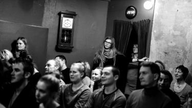 Ved scenearrangementer sætter publikum sig som regel til rette og lader sig underholde af øvede kunstnere. Men hver torsdag vender BestTellers rollerne på hovedet og lader publikum føre ordet