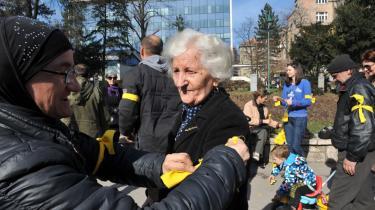 Demonstranter gør klar til en protestmarch i Sarajevo mod den bosniske regering.