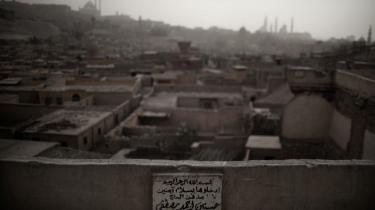 Over de seneste 40 år  Egyptens befolkning næsten tredoblet, og befolkningen står til i 2050 at udgøre knap 138 mio. indbyggere, der stortset er samlet i kun otte procent af landets samlede areal – primært Kairo. Her betyder manglen på boliger, at folk i stort tal er rykket ind på blandt andet på kirkegårde som 'De Dødes By', hvor adskillige hundredetusinde menes at bo i kirkegårdens grave.