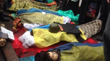 Amnestys pressemedarbejder Bogdan Ovcharuk tweetede torsdag formiddag dette billede af døde demonstranter på uafhængighedspladsen i Kijev