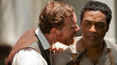 '12 Years a Slave' tager på en gang afstand fra ydmygelse og svælger i den, og det gør filmen til en tvetydig affære