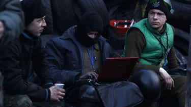 Demonstranter læser de seneste nyheder på internettet ved en barrikade i Kiev 5. februar. Frivillige livestreamere har bragt billeder fra gadekampene i Ukraine ud til omverdenen. Og flere har følt, at politiet skød direkte efter dem, der bar påskriften 'presse'