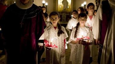 Flygtningenævnet har gentagne gange afvist at genåbne asylsager, selv om ansøgeren er konverteret til kristendom. Om end det kan tænkes, at ansøgere spekulerer i at konvertere, er det alligevel lovstridigt, mener advokat. På dette arkivfoto bærer irakiske børn lys op ad gulvet i Københavns Domkirke. Arkiv