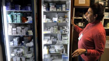 Frivillige samler medicin sammen til fattige syge i Grækenland. Man skal være i arbejde for at være dækket af offentlig sygeforsikring i Grækenland, og det er mindst en fjerdedel af befolkningen ikke. Et situation, der er medvirkende til, at sundhedssituationen i landet er blevet drastisk forværret i de senere år.