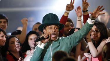 Charmetrolden Pharrell Williams optrådte for nylig live på den franske Canal Plus' tv-show Le Grand Journal