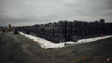 Nær byen Tomioka i Japan er marker fyldt med poser af radioaktivt affald, der skal renses. Tomioka er en spøgelsesby beliggende i den forurenede 'spærrezone', der omgiver det japanske atomkraftværk Fukushima Daiichi, der nedsmeltede, efter det blev ødelagt af et jordskælv og en efterfølgende tsunami for tre år siden.