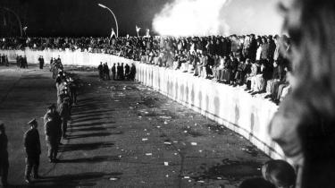 Det er omkring 25 år siden, at tusindvis af mennesker kravlede op på Berlinmuren ved Brandenburger Tor i Vestberlin 10. november 1989 — dagen efter den østtyske regering åbnede grænsen mellem øst- og vesttyskland — men fronterne er stadig trukket op, når der bliver diskuteret kold krig.