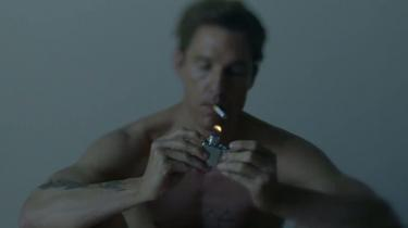 Nic Pizzolatto, der har skrevet samtlige otte afsnit af True Detectives fremragende første sæson, har i flere interview udtalt, at han ikke bryder sig om, når tv-serier snyder; når de til slut hiver tæppet væk under fødderne på seerne ved at afsløre, at alt, hvad der tidligere er sket i serien, viser sig at være en løgn. På billedet Matthew McConaughey i rollen som politimanden Rustin Cohle