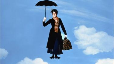 Med sine fremragende sange, morsomme historie og opbyggelige budskab er 'Mary Poppins' blevet en klassiker for hele familien. Filmens tilblivelse begyndte dog med en langvarig og udfordrende duel mellem Walt Disney og P.L. Travers, forfatteren af bøgerne om Mary Poppins. Og det handler John Lee Hancocks fine, biografaktuelle 'Saving Mr. Banks' om
