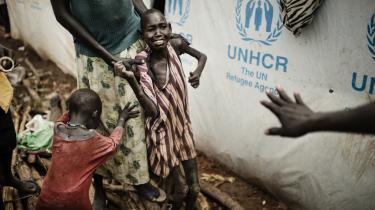 I transitlejren tæt ved Adjumani i Uganda ankommer stadig flere flygtninge fra Sydsudan. Siden konflikten brød ud den 15. december sidste år, er omkring 140.000 flygtet til det nordlige Uganda. Andre godt 100.000 sydsudanesere har søgt tilflugt i DR Congo, Etiopien og Kenya. Det skønnes, at 700.000 er internt fordrevne i Sydsudan. På billederne nederst ses Josef Chol Deng og hans familie, der deler telt med seks andre familier fra Sydsudan.