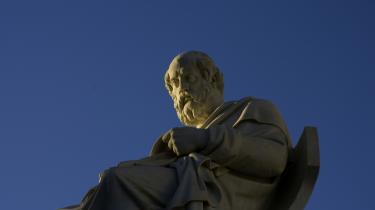 Platon. Platon soler sig ophøjet på Videnskabernes Akademi i Athen. Det er fortsat hans tidligere værker, der gør hans tænkning relevant i den moderne verden. Hans seneste værk er svært at redde fra netop et moderne blik.