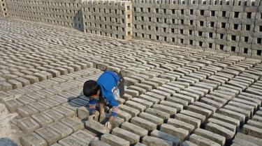 Børnearbejde er et vilkår for mange børn i Indien og en række andre lande, og derfor er det vigtigt at holde hovedet koldt, før man griber til sanktioner, mener Red Barnet.