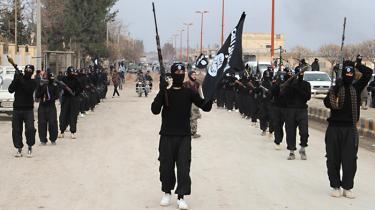 Militsfolk fra ISIL – Islamisk Stat i Irak og Levanten – i en parade ved den nordsyriske by Tel Abyad, tæt ved den tyrkiske grænse tidligere på året