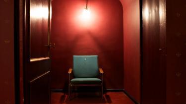 Den grønne lænestol er tilskuerens faste holdepunkt i 'Porøset', der kun spilles for én tilskuer ad gangen på Gamle Scene. Men når du sætter dig i stolen, ser du ikke kun performeren. Du ender med at synes, at du også ser dig selv …