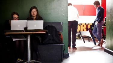 Regeringens Kvalitetsudvalg lægger op til markant ændring af systemet for videregående uddannelser i sin første rapport. Udvalgets to centrale anbefalinger lyder, at studerende fremover skal bruge fire år på at blive bachelorer, hvor det i dag tager tre år. Samtidig skal den automatiske overgang fra bachelor til kandidatstudier afskaffes