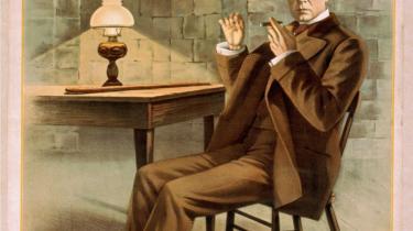 Den amerikanske skuespiller, instruktør og dramatiker William Gillette fik i 1899 Conan Doyles tilladelse og hjælp til at skrive et teaterstykke, 'Sherlock Holmes', der blev umådeligt populært i både USA og England. Her plakaten fra 1900.