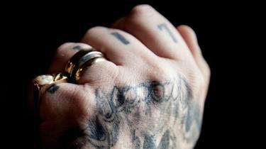 Mængden af overfald og trusler mellem indsatte i landets største lukkede fængsel er tredoblet på et enkelt år. De stærke fanger presser hinanden til at forblive kriminelle, mens fangerne nederst i hierarkiet ender som narkoæsler, fortæller en tidligere rocker. Inspektøren erkender, at tilstrømningen af bandemedlemmer er en udfordring for fængslet
