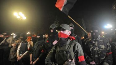 Tilhængere af Højre Sektor demonstrerer foran det ukrainske parlament den 27. marts.