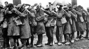 Krigerne. De sjosker afsted fra billedkant til billedkant med bind og klude for de gasbrændte øjne. De holder retningen ved at lægge en hånd på skulderen af den forangående. Ikke en forvokset børnehave på udflugt, men en flok soldater i den første krig, der for alvor blev fotograferet.