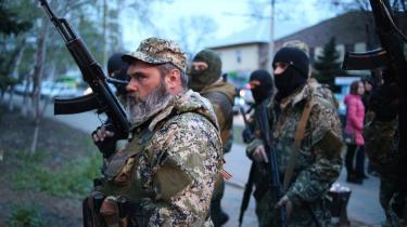 Prorussiske mænd angriber en politistation i byen Kramatorsk. I flere østukrainske byer var der i weekenden kampe mellem prorussere, ukrainske styrker og formodede specialstyrker.