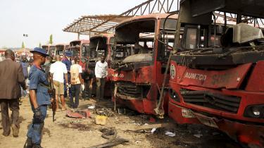 Eksplosioner har mandag raseret en busstation i udkanten af Nigerias hovedstad.