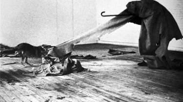 Joseph Beuys betrådte aldrig amerikansk jord i sit værk 'I like America and America likes me', selvom selve værket bestod af ham selv og en coyote spærret inde sammen i et galleri i New York. Foto fra udstillingen