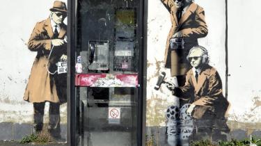 Aflyttet. En 'overvåget' telefonboks i Cheltenham i Storbritannien er tilsyneladende grafittikunstneren Banksys værk. Det blev opdaget tirsdag.