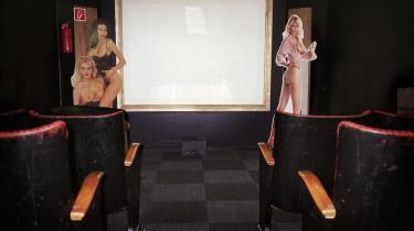 Biograf. I Asger Tylaks kælder kommer folk langvejsfra for at se film. De fleste foretrækker de private båse, hvor dørene kan låses. Andre vil gerne have selskab og fortæller om deres ankomst på Facebook-gruppen 'Sex Discountshop', før de dukker op.