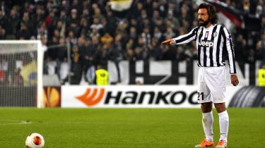 Regista. Med overblik og sikre afleveringer lader Juventus' Andrea Pirlo som regel bolden trille roligt rundt på midtbanen, indtil han pludselig skruer op for tempoet som den centrale rytmesætter han er.