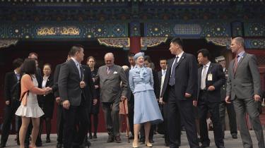 Er dronning Margrethe en retfærdig leder, spørger en avissælger. De fleste kinesere kender ikke meget til Danmark, men hvis fødevarerne er sikre, er der et marked for danske produkter. Foto: Reuters/Stringer