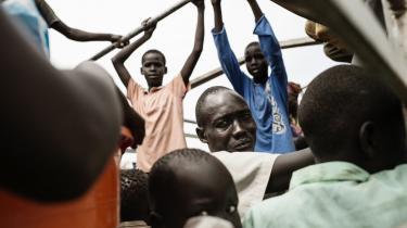 Flygtninge transporteres på lastbiler til flygtningelejre i det nordlige Uganda. Under konflikten i Sydsudan har FN fået hård kritik både for at være for passiv og for sin håndtering af flygtningelejrene, som anklages for at være skødesløs og mangelfuld.