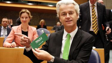 'Islam er en løgn. Profeten Mohammed er en horeunge. Koranen er det rene gift' står der på arabisk på en sticker, som en af Europas mest kendte populistiske partiledere, den hollandske islambekæmper Geert Wilder fra PVV viser frem i det hollandske parlament i Haag. Hans parti sælger klistermærket.