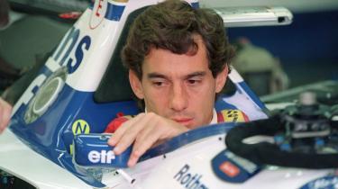 Ayrton Senna retter på sidespejlet, inden han kører ud på banen ved San Marinos grand prix i 1994. Senere samme dag døde Senna efter at have kørt galt.