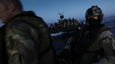 Franske specialstyrker i gang med en anti-piratoperation ude for Somalias kyst. Opgaver som disse er i stigende grad blevet overladt til specialstyrker, og også herhjemme er man parat til at overgive flere opgaver til frømænd og jægersoldater i stedet for regulære hærenheder.