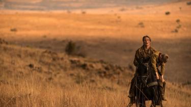 Kristian Levring kender westerngenren ud og ind – da han var en lille dreng, var det de første film, han så. Nu har han selv lavet en western med Mads Mikkelsen i hovedrollen som en mand, der finder ud af, hvad det koster at slå et menneske ihjel.   Fotos: Fra filmen.
