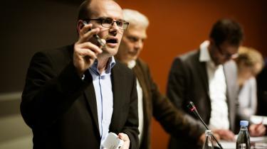 Professor Carsten Schürmann fra IT-Universitetet demonstrerede under gårsdagens konference, hvordan man med en billig, lille dims kan opsamle data fra de mobiler, der er i nærheden.