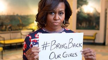 USA's førstedame, Michelle Obama, var med til at give Twitter-kampagnen #Bring Back Our Girls global udbredelse, da hun lagde dette billede op på det sociale medie Instagram. Men trods de ædle hensigter risikerer kampagnen at tjene terroristernes sag. Foto: Scanpix